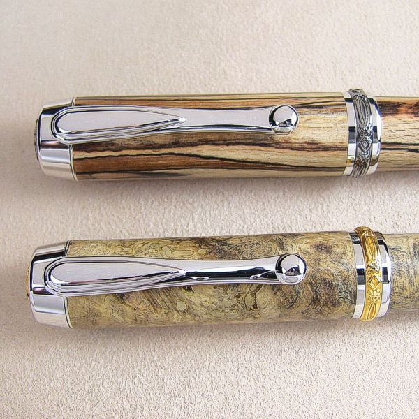 Detailansicht Klip und Mittelband, oben Black Titanium, unten goldfarben